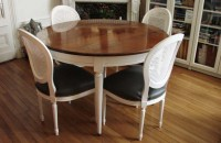 Table ronde bicolore en merisier avec allonges