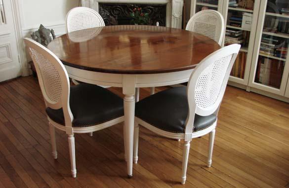 Table ronde bicolore en merisier