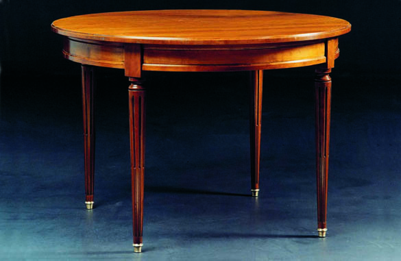 Table ronde en merisier au style Louis XVI